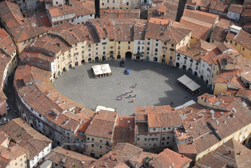 Piazza Anfiteatro Lucca oggi