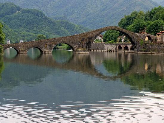 borgo a mozzano  - foto del ponte della maddalena (ponte del diavolo)